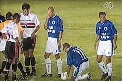 O Cruzeiro levantou a taça de tricampeão da Copa do Brasil em 2000. Foto: Reprodução/Band