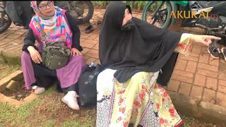 Ibu-ibu Menangis Kesakitan, Sebut Ditendang Oknum Brimob Saat Aksi 1812