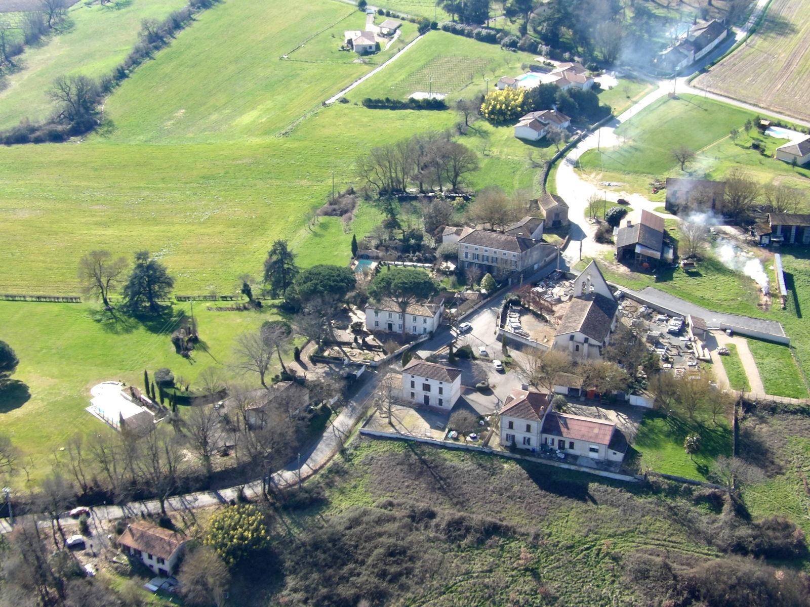 Le bourg de Razimet vu aérienne en hiver