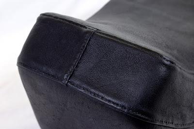 Parte posteriore della copertura in vera pelle nera cucita a mano per sella Yankee Giuliari per Vespa Piaggio