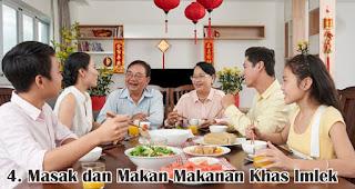 Masak dan Makan Makanan Khas Imlek Bersama merupakan salah satu cara seru rayakan imlek bersama keluarga