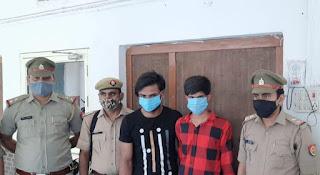 इटावा पुलिस द्वारा पुलिस मुठभेड़ मे सर्राफा की दुकान में घुसकर लूट करने वाले 2 अभियुक्तो को लूटे हुए माल व अवैध असलाह सहित मात्र 15 घण्टों में किया गया गिरफ्तार ।  जनपद मे अपराधिक गतिविधियों की रोकथाम हेतु वरिष्ठ पुलिस अधीक्षक इटावा डॉ0 बृजेश कुमार सिंह द्वारा चलाये जा रहे अभियान के क्रम में अपर पुलिस अधीक्षक नगर इटावा के निर्देशन व क्षेत्राधिकारी नगर इटावा के नेतृत्व मे थाना कोतवाली पुलिस टीम द्वारा कार्यवाही करते हुए पुलिस मुठभेड़ मे सर्राफा की दुकान में घुसकर लूट करने वाले 02 अभियुक्तो को लूटे हुए माल व अवैध असलाह सहित मात्र 15 घण्टों में किया गया गिरफ्तार ।   घटना का संक्षिप्त विवरण : दिनांक 14.06.2021 को थाना कोतवाली क्षेत्रांतर्गत कचहरी रोड पर स्थित उज्जवल ज्वैलर्स के मालिक विशुन कुमार पुत्र ज्ञान सिंह द्वारा थाना कोतवाली पुलिस को सूचना दी गयी कि आज शाम 5:30 बजे 02 अज्ञात युवकों द्वारा दुकान पर आकर अंगूठी दिखाने को कहा और अंगूठी लेने के बाद जब मेने उनसे रूपयों की मांग की गयी तो अभियुक्त तमंचा दिखाकर मुझे धमकाकर 03 अंगूठी लेकर चले गये ।   उक्त घटना के सम्बन्ध मे तत्काल कार्यवाही करते हुए थाना कोतवाली पुलिस द्वारा मु0अ0सं0 261/21 धारा 394 भादवि अभियोग पंजीकृत कर अभियुक्तों की शीघ्र गिरफ्तारी हेतु पुलिस टीम गठित की गयी । पुलिस टीम द्वारा इलैक्ट्रॉनिक एवं मैनुअल साक्ष्यो के आधार पर अभियुक्तों की पहचान कर गिरफ्तारी हेतु प्रयासरत थी, इसी कम आज दिनांक 16.06.2021 की सुबह पुलिस टीम को मुखबिर द्वारा सूचना प्राप्त हुई कि सर्राफा की दुकान पर लूट की घटना को अंजाम देने वाले 02 अभियुक्त मोटरसाईकिल से कहीं जाने की फिराक में 22 ख्वाजी रोड पर खडे है । मुखबिर की सूचना के आधार पर जब पुलिस टीम 22 ख्वाजा रोड पहुंची तो पुलिस टीम को अपनी ओर आता देख अभियुक्तों द्वारा भागने का प्रयास किया गया , स्वयं को पुलिस टीम से घिरा हुआ देखकर अभियुक्तों द्वारा जान से मारने की नियत से पुलिस टीम पर तमंचे से फायर कर दिया गया पुलिस टीम द्वारा स्वयं का बचाव करते हुए आवश्यक बल प्रयोग कर 02 अभियुक्तों को गिरफ्तार कर लिया गया । गिरफ्तार अभियुक्तों की तलाशी लेने पर अभियुक्तों के पास से 01 अवैध तमंचा 315 बोर , 01 जिन्दा कारतूस , 01 खोखा कारतूस व लूटी हुई 03 अंगूठी बरामद हुई ।   पुलिस टीम : जितेंद्र प्रताप स