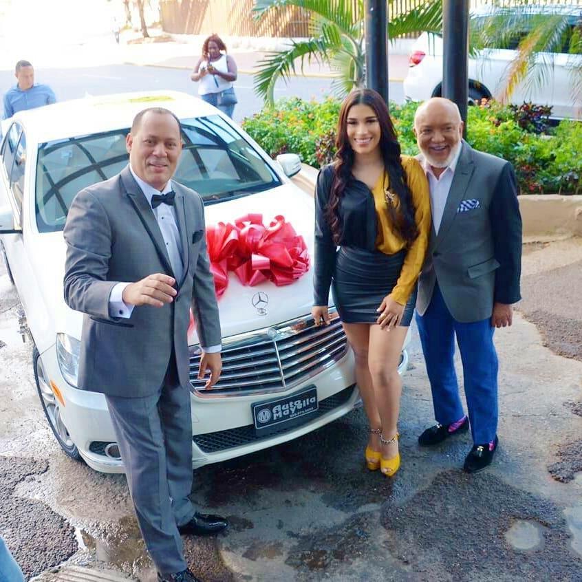 Franklin Mirabal regala un Mercedes Benz a su prometida Dianabell Gómez