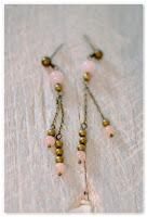 boucles d'oreilles délicates bronze vieilli et perles jade beige rosé