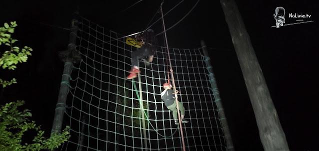 Skok tarzana nocą park Linowy