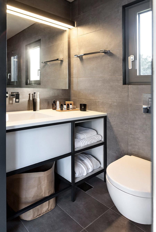 Interior casa contenedor marítimo detalle del baño