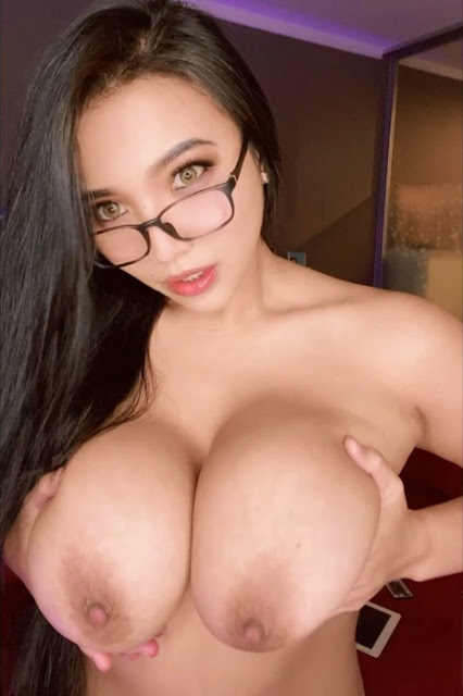 Topless Reddit girl with sexy big natural boobs (gif)