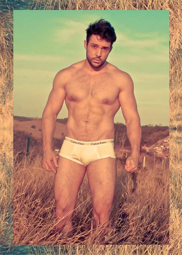 Maycon Bertolin mostra o corpo sarado em ensaio sensual