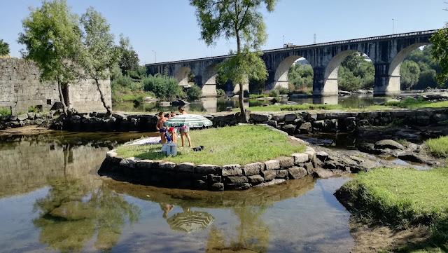 Ilhéu de relvado no meio do Rio Cávado