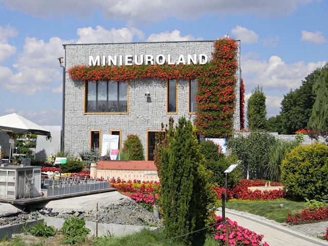 zdjęcie przedstawia niedawno otwarty park miniatur w kłodzku.