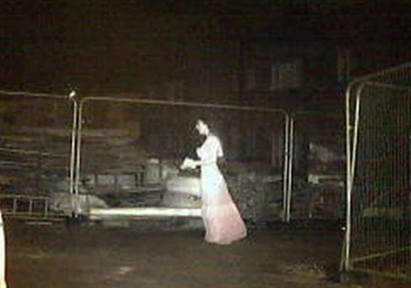Captan a escalofriante 'novia fantasma' caminando en construcción, se teme lo peor