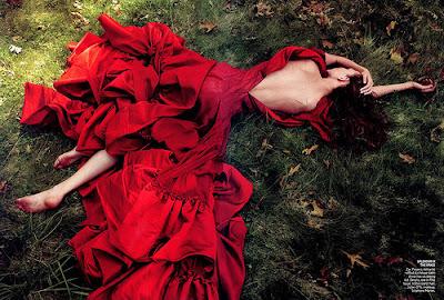 Sonar mujer vestida de rojo y negro