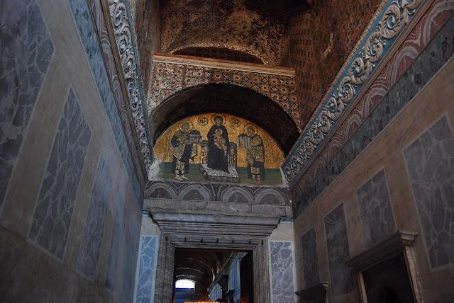 La porte impériale permettait à l'empereur de pénétrer à l'intérieur. De nombreuses mosaïques de style byzantin représentant le Christ ornent les dessus de portes.