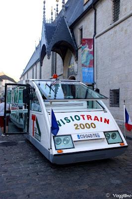 Il trenino turistico di Beaune conduce fino ai vigneti attorno la città