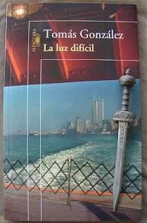 Portada del libro La luz difícil, de Tomás González