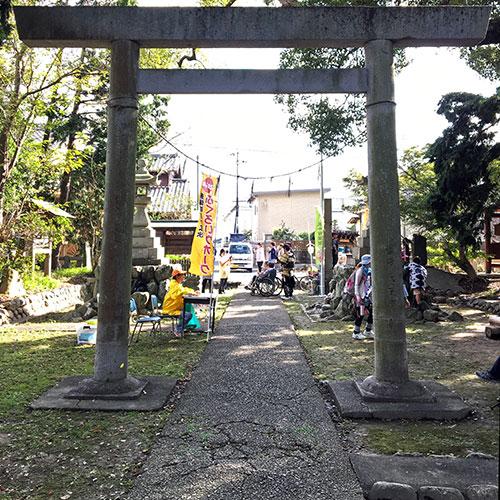 東南海地震でひび割れた参道