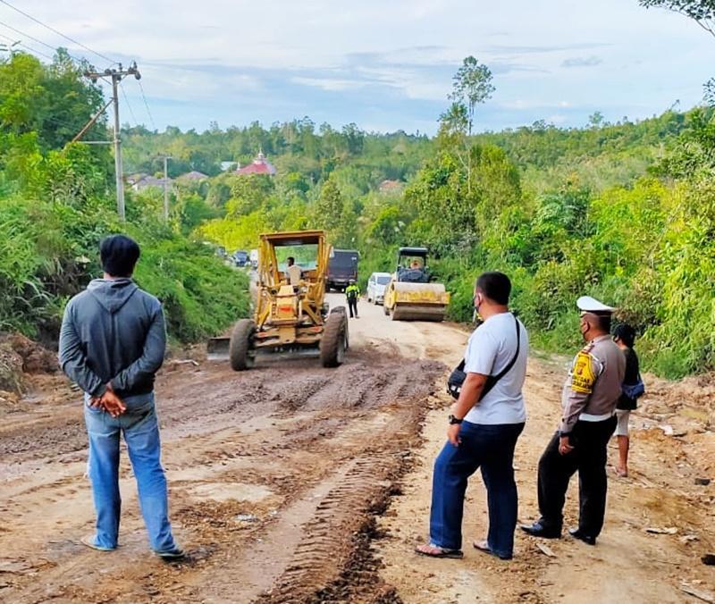 Jalan Kurun-Palangka Raya Rusak, Polres Gumas dan PT BPG Inisiatif Perbaiki