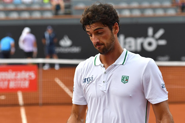 Brasileiro Thomaz Bellucci faz cara de triste e preocupado em jogo de tênis