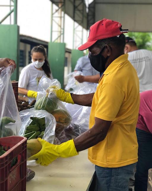 Pentecoste: Kit da alimentação escolar entregue a famílias de alunos reúne frutas e legumes