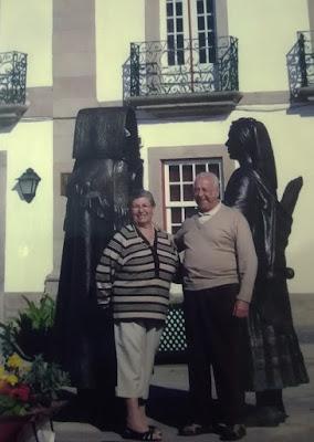 casal junto à escultura do casal mirandês em Miranda do Douro