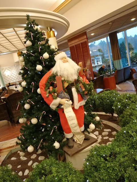 joulupukki_joulukuusi_korokkeella