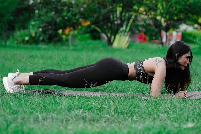 https://pixahive.com/photo/athletic-woman-doing-plank-exercise-outdoors/