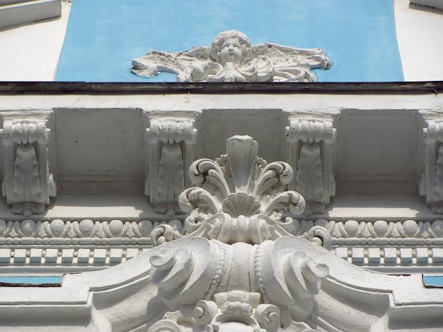 Лепнина на фасаде.