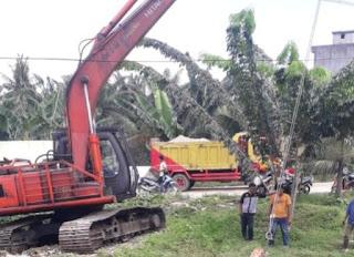 Dinas Lingkungan Hidup Batubara Membersihkan Sampah di Sungai Tanjung