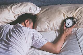 pessoa com insonia deitado na cama