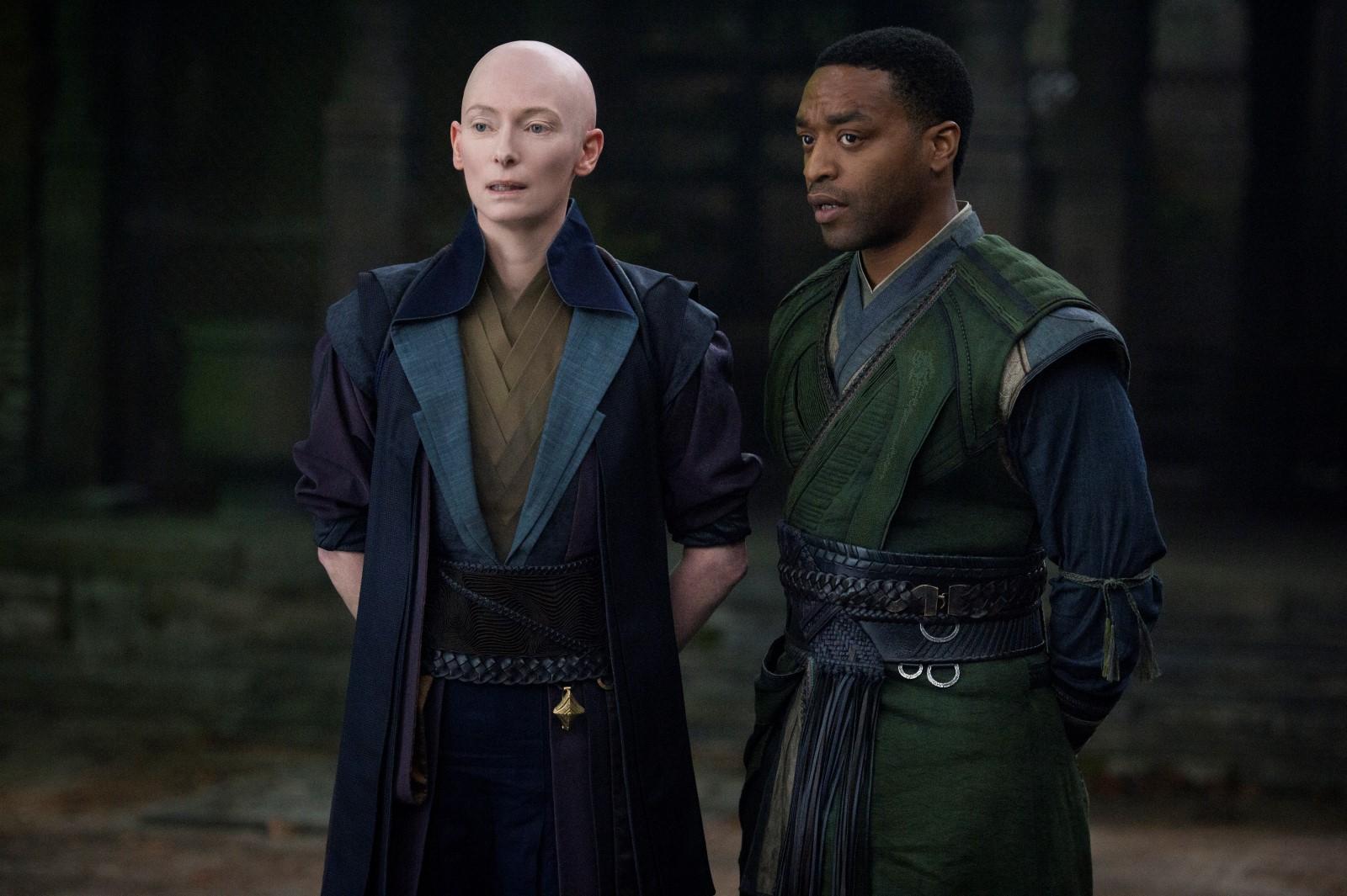 Tilda Swinton y Chiwetell Ejiofor en Dr. Strange