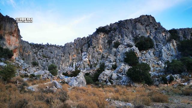 Ναύπλιο: Γιορτάζει το απόκρημνο εκκλησάκι της Παναγίας στην παραλία Καραθώνας (βίντεο)