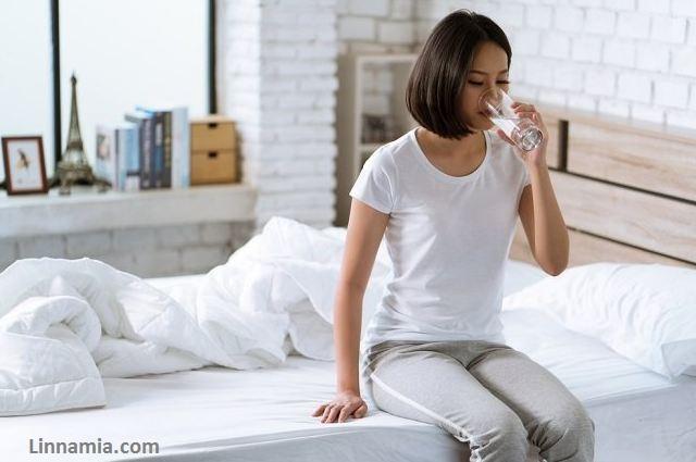 cara menghilangkan smile line garis kerut senyum menyamarkan kerutan kerutan di wajah minum air putih