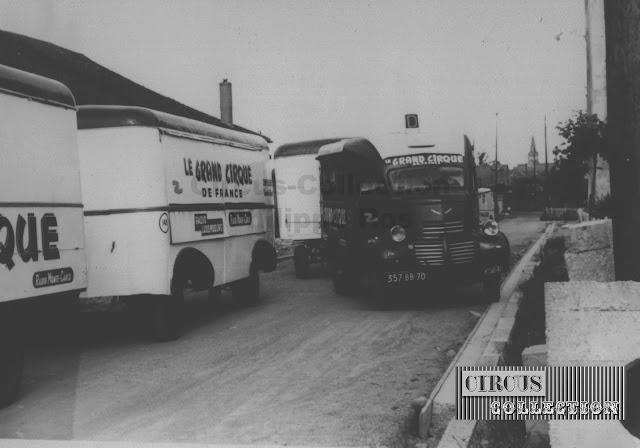 les convois routier du Grand Cirque de France  arrivent sur la place du cirque