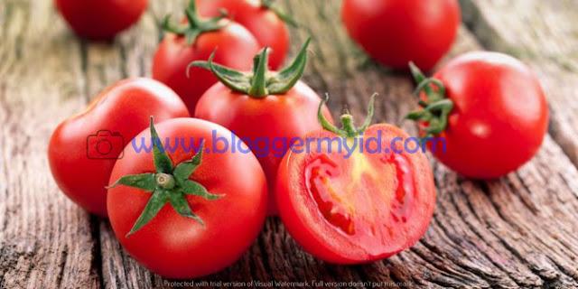 Anda bisa merasakan manfaat buah tomat dari berbagai hal, ingin tahu lebih lanjut, berikut ini beberapa manfaat tomat bagi kesehatan dan kecantikan.  1. Mengobati kanker  Kanker merupakan penyakit yang berbahaya, anda perlu mewaspadai penyakit ini karena penyakit ini merupakan salah satu pembunuh nomer satu. Studi membuktikan bahwa tomat yang dikombinasikan dengan brokoli dapat mengurangi kanker.  Dalam penelitian tersebut membuktikan bahwa penyakit tumor prostat akan tumbuh lambat pada tikus yang di beri makan tomat dan brokoli dari pada tikus yang diberi makan likopen sebagai suplemen atau tikus yang hanya makan tomat atau brokoli saja.  2. Meningkatkan kesehatan mata  Kandungan vitamin A pada tomat tentu sangat berguna bagi kesehatan mata, manfaat tomat bagi mata yaitu dapat meningkatkan ketajaman penglihatan serta mengurangi rabun.  Penelitian terbaru juga menemukan bahwa dengan mengkonsumsi tomat dapat menghindari degenerasi makula yang tidak dapat diobati.  3. Memperbanyak ASI ibu menyusui  Seorang ibu yang menyusui tentu perlu memproduksi ASI yang cukup untuk bayinya, biasanya asi akan terproduksi menggunakan dauk katu.  Bukan hanya daun katuk saja manfaat tomat juga bisa digunakan untuk meningkatkan produksi ASI.  Kandungan likopen pada tomat berfungsi untuk menambah produksi ASI. Dengan mengkonsumsi tomat yang sudah di olah ini akan lebih baik meningkatkan produksi ASI.  Postingan terkait : Manfaat Labu Siam Untuk Ibu Menyusui  4. Menurunkan berat badan  Bagi anda yang sedang diet, anda perlu memasukkan tomat pada menu diet anda. Karena tomat dipercaya mampu membantu program diet, karena tomat mengandung banyak air dan serat sehingga menjadi salah satu makanan yang dapat mengisi perut dengan cepat.  Yang harus anda lakukan yaitu mengkonsumsi tomat secara teratur dengan di jadikan olahan seperti salad, jus, sandwich dan makanan lainnya.  5. Mengurangi rasa sakit  Bagi anda yang sering mengalami keluhan rasa sakit seperti nyeri atau nyeri punggung anda bisa m