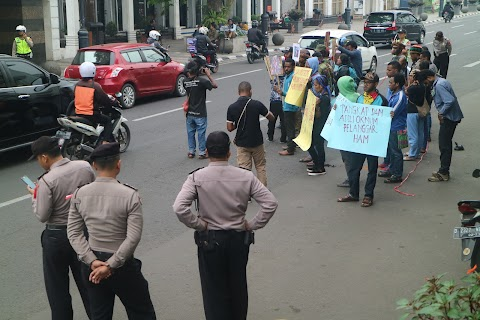 Penembakan di Papua terjadi lagi, Duapuluhan Orang Berunjukrasa di Depan Gedung Merdeka