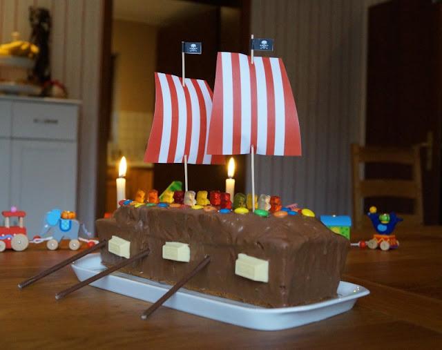 Rezept: Piratenschiff-Kuchen für den maritimen Kindergeburtstag backen. Eine richtige Piraten-Party braucht einen Schiffs-Kuchen, und dem Geburtstagskind und seinen Gästen soll es schmecken. Auf Küstenkidsunterwegs zeige ich Euch, wie Ihr aus einem einfachen Marmorkuchen aus der Kastenform einen tollen Piratenschiffkuchen zaubert!