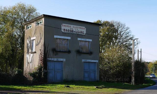 Saint-Just Energie électrique de la basse Loire, bâtiment taggé.