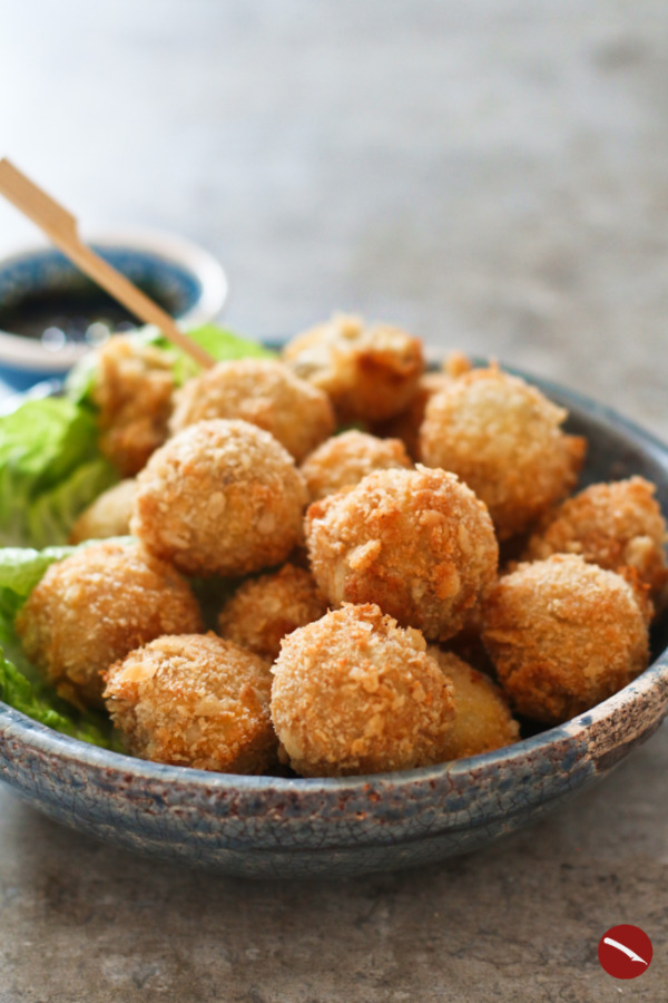 Bitterballen, holländische Fleisch-Kroketten selbstgemacht #bitterballen #rezept #deutsch #dutch #maken #photography #recipe_dutch #mozarella #vegan #vegetarisch #champignon #packaging #fried #zelf #frittierte #foodblog #netherlands #holland