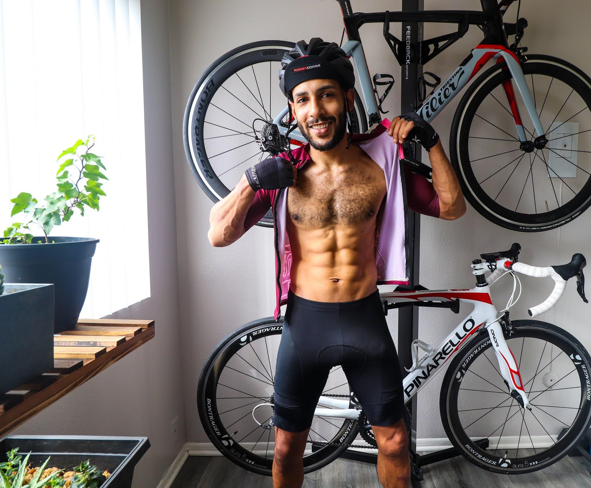 ciclista erecto en su casa