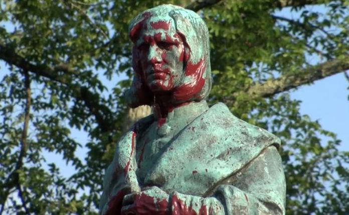 Γκρέμισαν και το άγαλμα του Χριστόφορου Κολόμβου (Βίντεο)