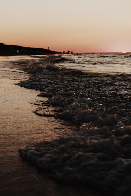 Wzburzone morze i zachód słońca na plaży w Juracie