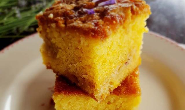 Crumb Cake alle pesche e lavanda