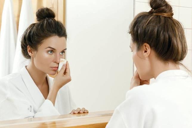4 Kesalahan yang Biasa Dilakukan Cewek Saat Bersihin Make-Up
