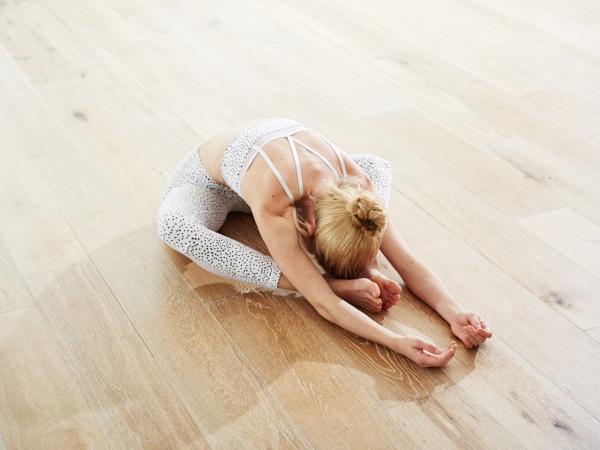 Khởi đầu buổi sáng với 5 tư thế Yoga nhẹ nhàng
