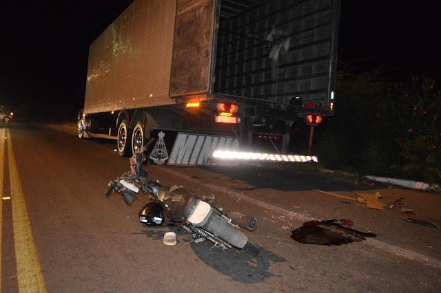 Batida entre caminhão e motocicleta deixa duas pessoas feridas em acidente na BR-316, na cidade de Petrolândia, no Sertão de PE