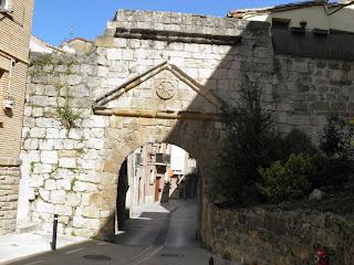 277 Estella Lizarra La Puerta de Castilla El Burgo San Martín en Navarra  - - www.casaruralurbasa.com  La Puerta de Castilla  en el Burgo San Martin De Estella Lizarra en Navarra, es uno de los monumentos más  antiguos de la vieja judería de Lizarra, en Navarra Naturalmente.