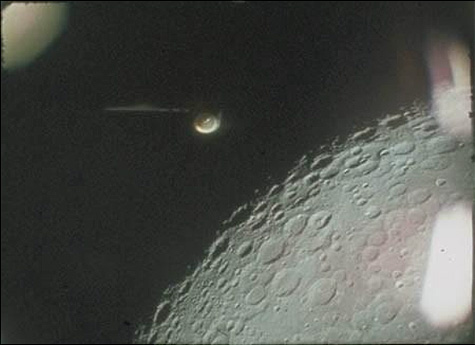Ovnis saindo de uma base lunar
