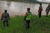 Dandramil 420-04/Sarolangun Perintahkan Babinsa Memantau Debit Air Sungai Batang Tembesi Pasca Hujan Deras