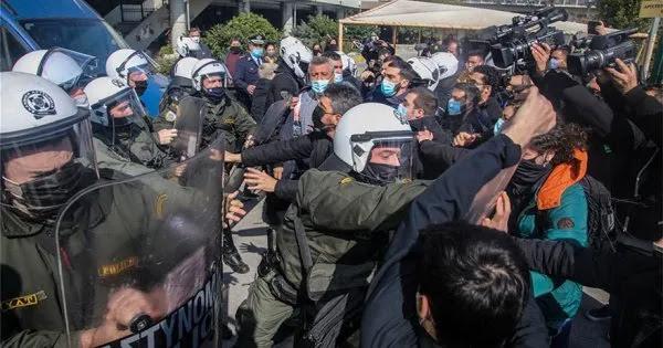 Θεσσαλονίκη: Έφοδος της αστυνομίας στο ΑΠΘ - Τουλάχιστον 27 προσαγωγές - Λιποθύμησε φοιτήτρια (βίντεο)