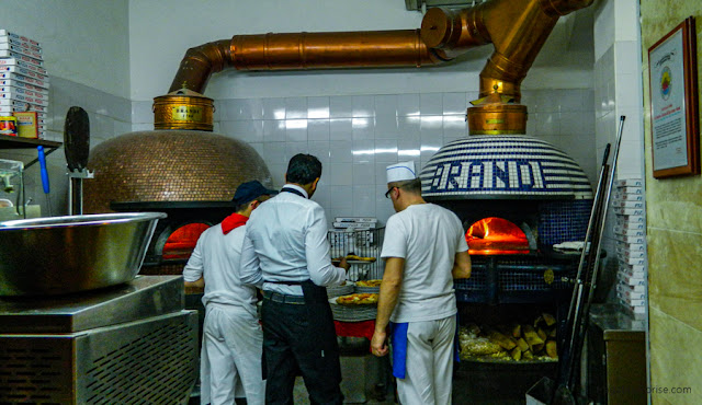 Forno da tradicional Pizzeria Brandi, em Nápoles, inventora da pizza margherita